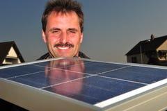 Il lavoratore solare maschio installa i pannelli solari sulla casa Fotografia Stock