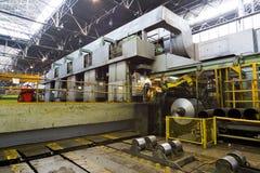 Il lavoratore sorveglia il processo del rotolamento di alluminio Immagine Stock Libera da Diritti