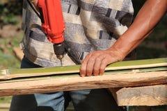 Il lavoratore sta perforando il bambù Immagini Stock Libere da Diritti