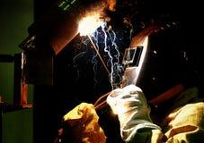 Il lavoratore taglia la saldatrice del saldatore del metallo Fotografia Stock