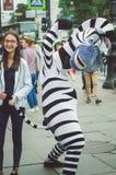 Il lavoro degli agenti di pubblicità In costumi dei caratteri animati St Petersburg, Russia fotografia stock