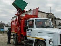 Il lavoro dei camion di immondizia in Russia Immagini Stock