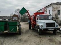 Il lavoro dei camion di immondizia in Russia Immagini Stock Libere da Diritti