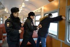 Il lavoro dei trasgressori di arresto della polizia di ordine pubblico sul treno Fotografia Stock