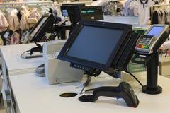 Il lavoro del cassiere Il registratore di cassa nel deposito immagini stock libere da diritti