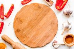Il lavoro del cuoco con articolo da cucina ha messo sulla vista superiore del fondo bianco Immagine Stock