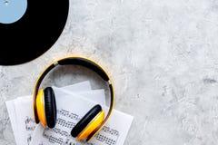 Il lavoro del musicista ha messo con carta con le note e lo spazio di pietra di vista superiore del fondo della tavola di vynil p immagine stock libera da diritti