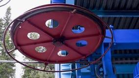 Il lavoro della cabina di funivia Meccanismo della ferrovia dell'estremità della cabina di funivia nell'azione alla luce naturale archivi video