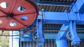 Il lavoro della cabina di funivia Meccanismo della ferrovia dell'estremità della cabina di funivia nell'azione alla luce naturale stock footage