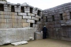 Il lavoro di ripristino su Machu Picchu rovina Peru South America immagini stock libere da diritti