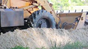 Il lavoro di un radere con un bulldozer video d archivio