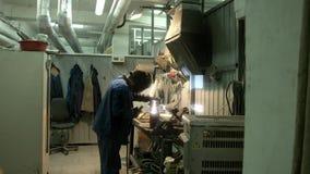 Il lavoro di un saldatore in una fabbrica video d archivio