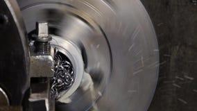 Il lavoro industriale del metallo alesa il processo lavorante dall'utensile per il taglio sul tornio automatizzato stock footage