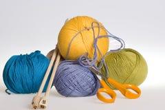 Il lavoro a maglia, yarn e forbici Fotografia Stock