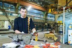 Il lavoro mette il gancio del carico nel ciclo dell'imbracatura d'acciaio Fotografie Stock