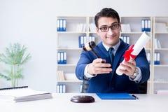 Il laywer con il diploma arriva a fiumi il concetto di eductional di professione legale Fotografia Stock Libera da Diritti
