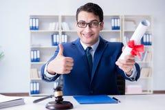Il laywer con il diploma arriva a fiumi il concetto di eductional di professione legale Fotografie Stock