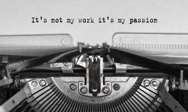 Il le ` s non mon travail il ma passion du ` s a dactylographié des mots sur une vieille machine à écrire de vintage Images stock