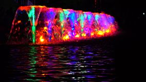 Il LED ha acceso le fontane multicolori alla notte ed all'ondulazione dell'acqua colpo 4k archivi video