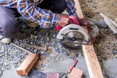 Il legno è tagliato per completare la casa fotografia stock libera da diritti
