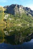 Il legno del parco di verde del cielo blu della natura della montagna si appanna il riflesso del lago piacevole Fotografie Stock