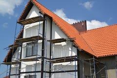 Il legno della costruzione su una facciata del cottage con un tetto di mattonelle rosse Fotografia Stock Libera da Diritti