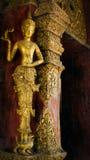 Il legno ha intagliato e dorato l'angelo al tempiale di Phra Singh Fotografie Stock
