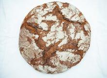Il legno marrone tradizionale della Baviera della Germania ha infornato il pane su fondo bianco immagine stock libera da diritti