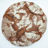 Il legno marrone tradizionale della Baviera della Germania ha infornato il pane su fondo bianco fotografia stock