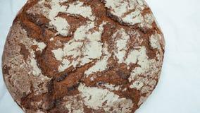 Il legno marrone tradizionale della Baviera della Germania ha infornato il pane su fondo bianco fotografie stock