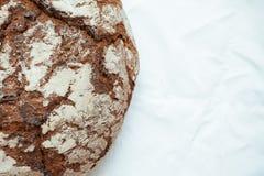 Il legno marrone tradizionale della Baviera della Germania ha infornato il pane su fondo bianco immagini stock