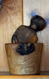 Il legno naturale ha girato il mortaio ed il pestello - cucina Immagini Stock