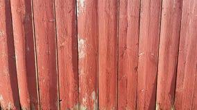 Il legno stagionato del granaio ha dipinto il rosso che sbiadisce il vecchio grey Immagini Stock Libere da Diritti