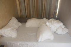 Il lenzuolo ed i cuscini incasinati fotografie stock
