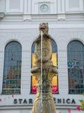Il leone con la fontana della stemma a Bratislava Fotografia Stock