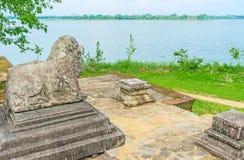 Il leone di pietra nel lago Fotografia Stock