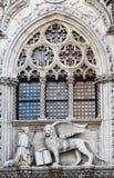 Il leone ed il doge veneziani su una costruzione della cattedrale su San Marco quadrano a Venezia, Italia Simbolo del ` s di Vene immagine stock libera da diritti