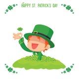 Il leprechaun ha trovato un quadrifoglio per la carta del giorno di St Patrick Immagini Stock