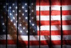 Il lerciume ha filtrato, bandiera di U.S.A. su fondo di legno Immagine Stock