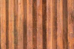 Il lerciume marrone arrugginito ha ondulato la parete del metallo con le bande verticali Fotografie Stock