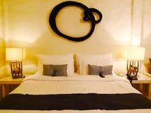 Il letto con tessuto bianco C'è può cuscini contro il wal fotografie stock