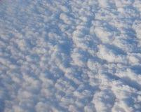 Il letto delle nuvole bianche in cielo ha catturato da aria Fotografia Stock Libera da Diritti