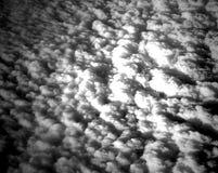 Il letto delle nuvole bianche in cielo ha catturato da aria Fotografia Stock