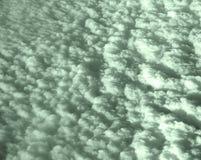 Il letto delle nuvole bianche verdastre in cielo ha catturato da aria Fotografia Stock