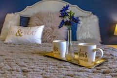 Il letto pulito con la decorazione ed i cuscini su si chiudono immagine stock