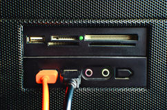 Il lettore di schede nel PC ha montato con due cavi di USB collegati Immagine Stock Libera da Diritti