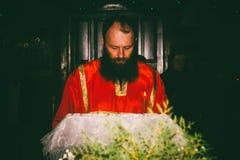 Il lettore legge le preghiere sul servizio ortodosso di notte nella chiesa la festa dell'epifania Immagine Stock Libera da Diritti
