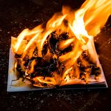 Il libro è su fuoco fotografia stock