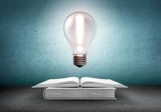 Il libro aperto e la lampadina d'ardore con esclamazione la cedono firmando un documento Conoscenza, concetto di istruzione royalty illustrazione gratis