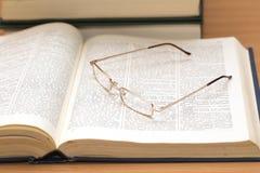 Il libro aperto ed i punti per gli occhi Fotografia Stock Libera da Diritti
